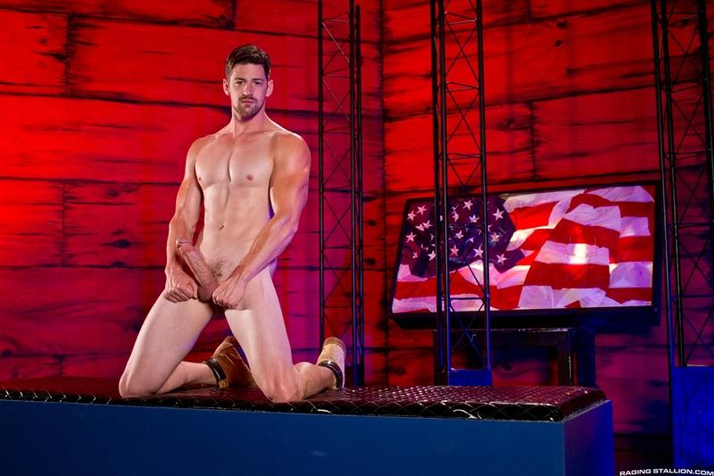 Brent Corrigan deep throats Andrew Stark's huge dick